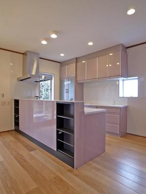 リフォーム事例1 施工後:開放的なフラットフロアになったキッチン・DK・和室